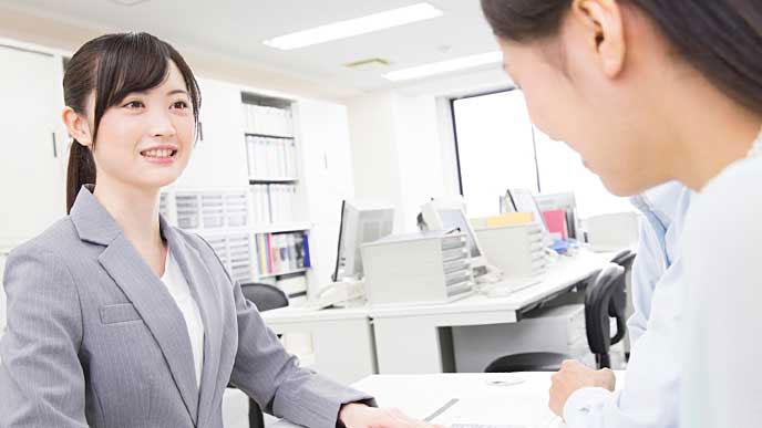 就職エージェントからアドバイスを受ける就活生の女性