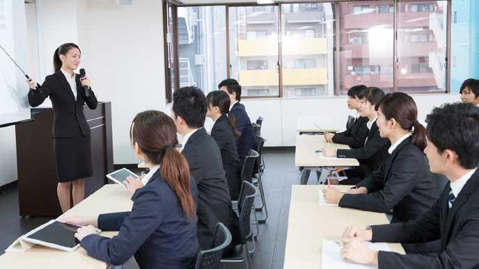 企業のセミナーを受講している就活生達