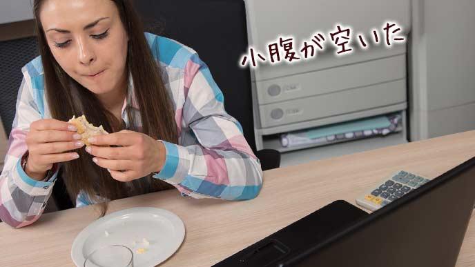 仕事中にお菓子を食べる女性