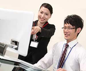 男性職員に教える女性事務員