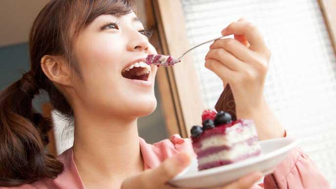 ケーキを美味しそうに食べる女性