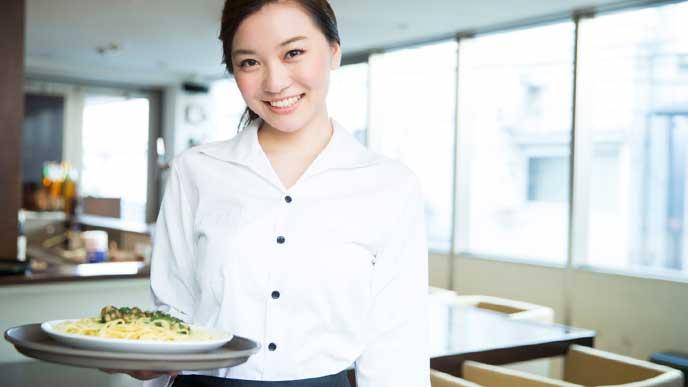 パスタを運ぶレストランのオープニングスタッフ