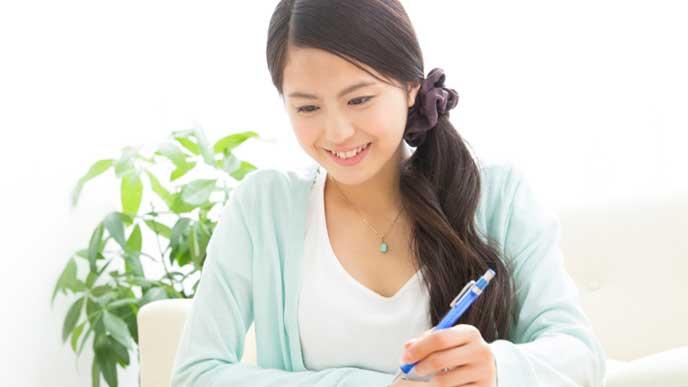 勉強している女子大生