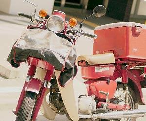 郵便配達のバイク