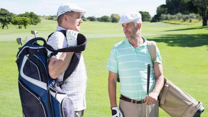 接待でゴルフをする男達