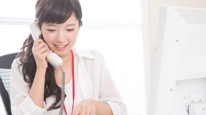 電話応対をする営業事務の女性