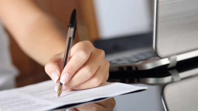 書類にボールペンで字を書く