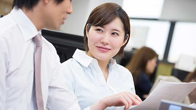 上司に仕事の進捗を報告する会社員の女性