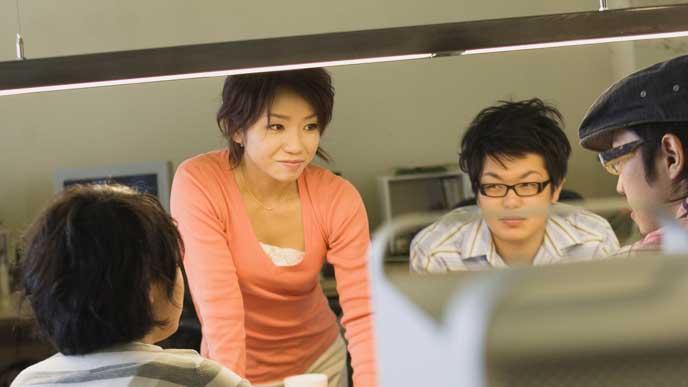 チームの仲間と仕事のミーティングをしている女性