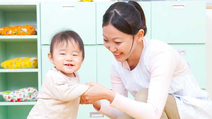 赤ちゃんのお世話をする保育園の先生
