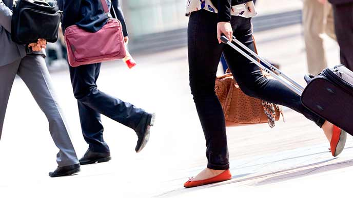 荷物を持って移動する旅行客