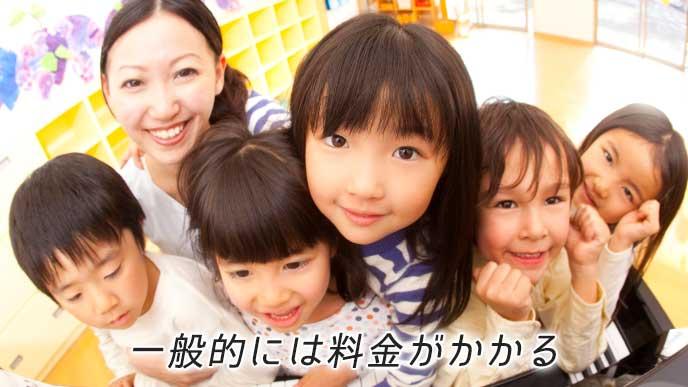 正面を見て微笑む保育園の先生と子供達