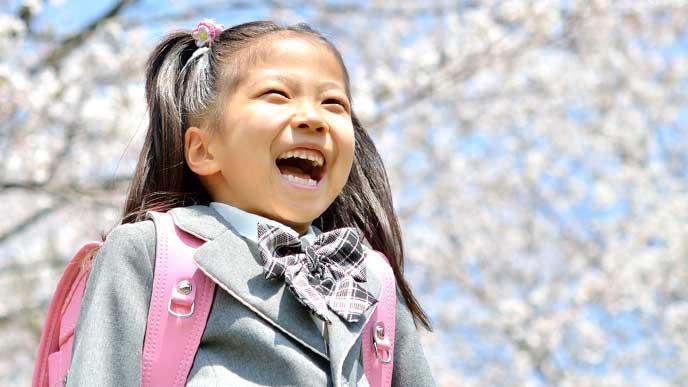 入学式を迎えた笑顔の小学生の女の子