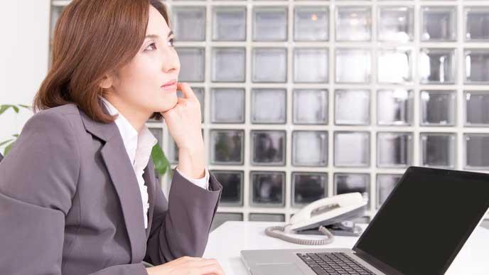 仕事場で悩んでいる女性管理職