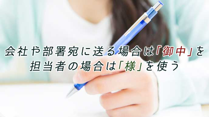 ペンを使って紙に書く女性
