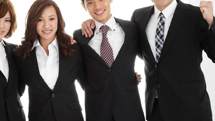 リクルートスーツを着た男女学生