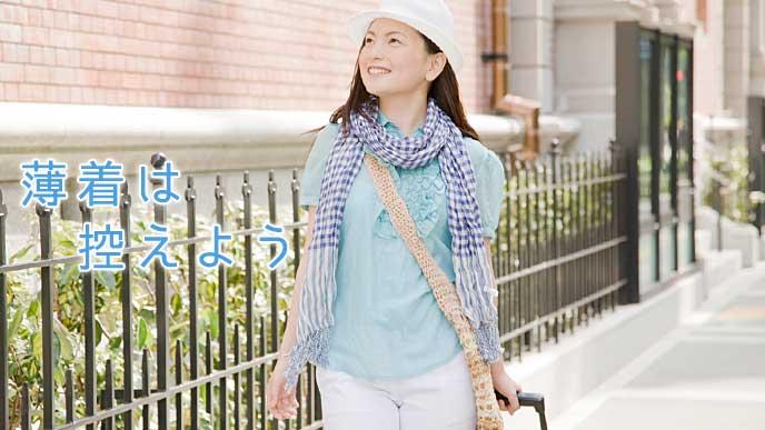 控えめな服装で街の中を旅行する女性