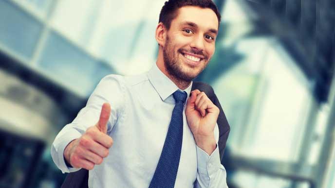 笑顔でサムズアップするビジネスマン