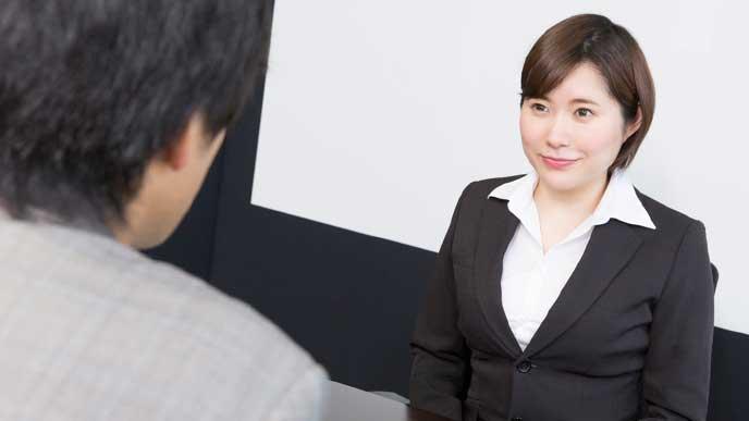 面接の練習をしている就活生の女性