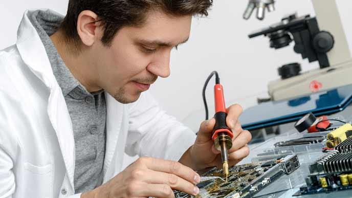 趣味で電子工作する男性