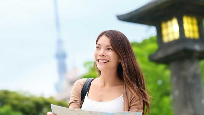 日本を観光しているアジア系の外国人女性