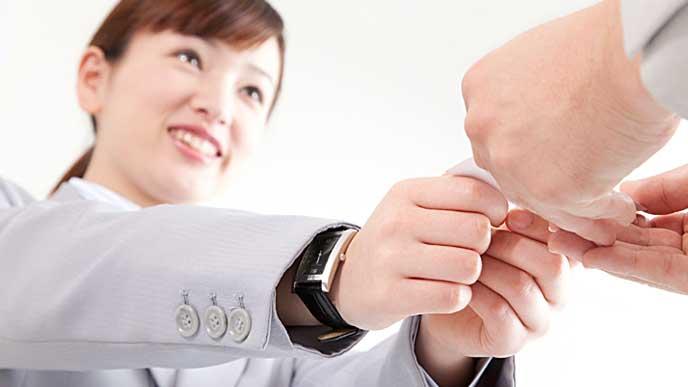 営業で取引先と名刺交換をする会社員の女性