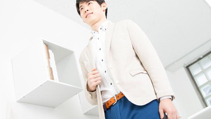 白系トップスと紺色のボトムのオフィスカジュアル