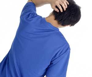 Tシャツで頭をかく男性