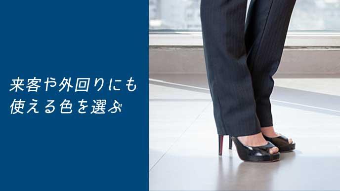 ビジネスサンダルを履いた会社員の女性