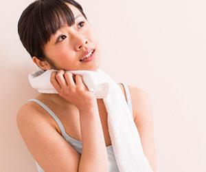 汗を拭いて休憩する女性