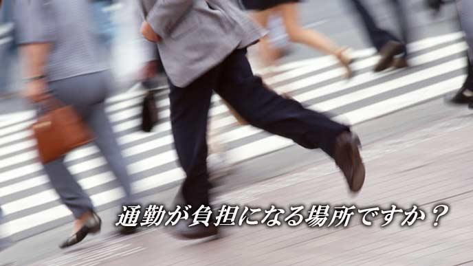 横断歩道を駆ける通勤者