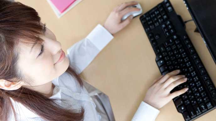 元気な顔で仕事に励む会社員の女性