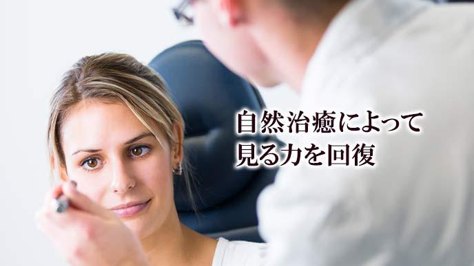 女性の目を検眼するオプトメトリスト