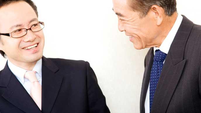上司と笑顔で雑談しているサラリーマン