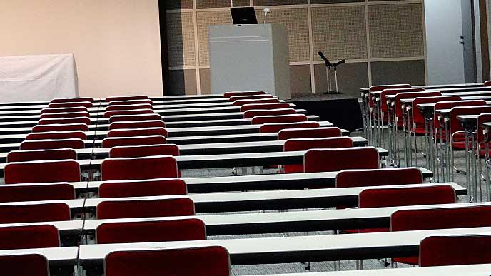 席が並ぶセミナーの会場