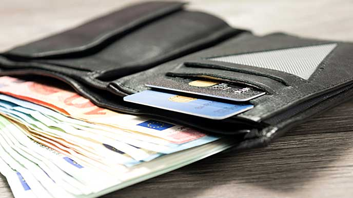カードと現金がたくさん入った長財布