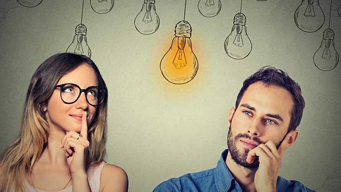 アイディアが閃いた男女と豆電球のイラスト