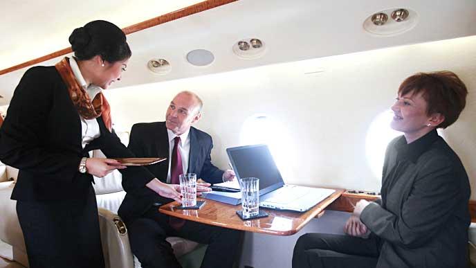 飛行機内で接客業務をしている客室乗務員