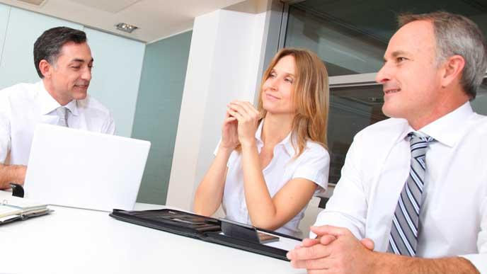 笑顔で会議をしているビジネスマン達