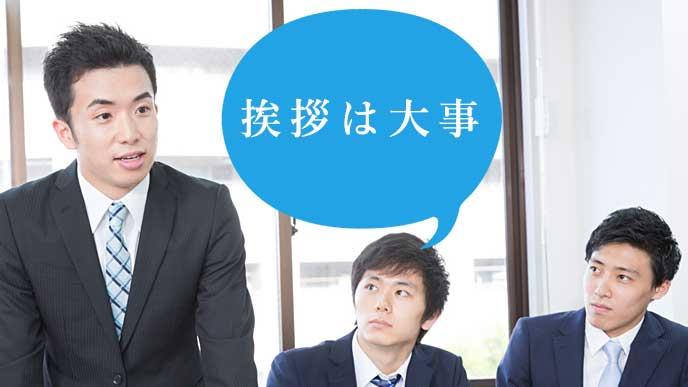 会社説明会で質問をしている就活生の男性