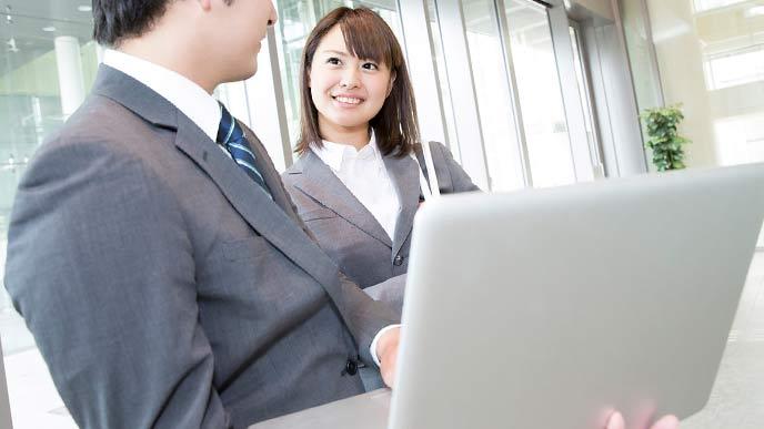 ラップトップで最新情報を見るビジネスマン