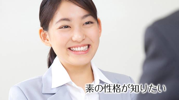 面接を受けながら笑顔で答える女性
