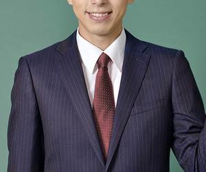 茶系ネクタイを締めたビジネスマン