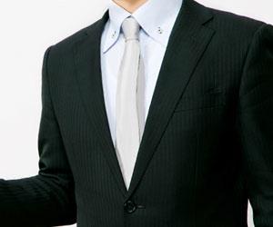 無地のネクタイを締めたビジネスマン
