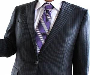 紫系ネクタイを締めたビジネスマン