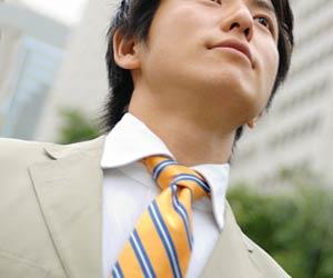 黄系ネクタイを締めたビジネスマン