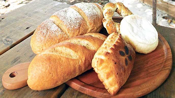 カッティングボードに乗ったパン