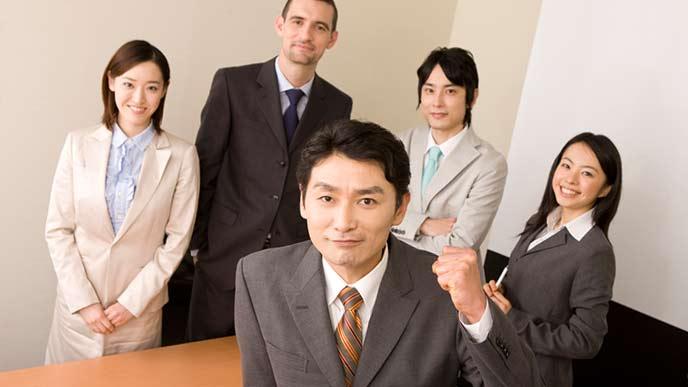 会議室に集まる社内のチーム
