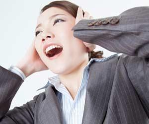 頭を抱える女性社員