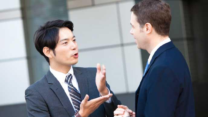 外国人とコミュニケーションを取っているビジネスマン